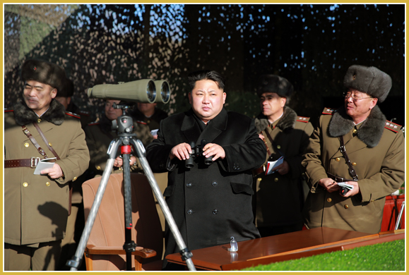 160105 - Naenara - KIM JONG UN - Marschall KIM JONG UN sah sich einen Artilleriefeuerwettbewerb zwischen den großen Truppenverbänden der KVA an - 경애하는 김정은동지께서 조선인민군 대련합부대들의 포사격경기를 보시였다