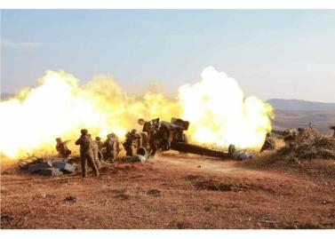 160105 - RS - KIM JONG UN - Marschall KIM JONG UN sah sich einen Artilleriefeuerwettbewerb zwischen den großen Truppenverbänden der KVA an - 01 - 경애하는 김정은동지께서 조선인민군 대련합부대들의 포사격경기를 보시였다