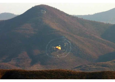 160105 - RS - KIM JONG UN - Marschall KIM JONG UN sah sich einen Artilleriefeuerwettbewerb zwischen den großen Truppenverbänden der KVA an - 02 - 경애하는 김정은동지께서 조선인민군 대련합부대들의 포사격경기를 보시였다