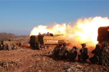 160105 - SK - KIM JONG UN - Marschall KIM JONG UN sah sich einen Artilleriefeuerwettbewerb zwischen den großen Truppenverbänden der KVA an - 02 - 경애하는 김정은동지께서 조선인민군 대련합부대들의 포사격경기를 보시였다