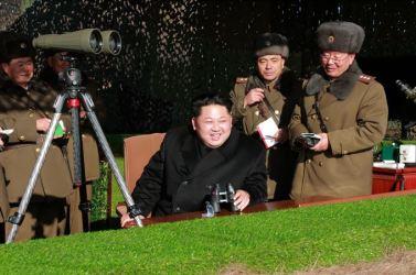 160105 - SK - KIM JONG UN - Marschall KIM JONG UN sah sich einen Artilleriefeuerwettbewerb zwischen den großen Truppenverbänden der KVA an - 04 - 경애하는 김정은동지께서 조선인민군 대련합부대들의 포사격경기를 보시였다
