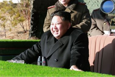 160105 - SK - KIM JONG UN - Marschall KIM JONG UN sah sich einen Artilleriefeuerwettbewerb zwischen den großen Truppenverbänden der KVA an - 06 - 경애하는 김정은동지께서 조선인민군 대련합부대들의 포사격경기를 보시였다