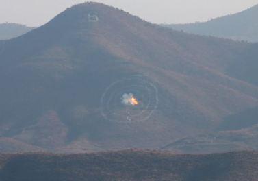 160105 - SK - KIM JONG UN - Marschall KIM JONG UN sah sich einen Artilleriefeuerwettbewerb zwischen den großen Truppenverbänden der KVA an - 07 - 경애하는 김정은동지께서 조선인민군 대련합부대들의 포사격경기를 보시였다