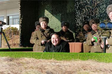 160105 - SK - KIM JONG UN - Marschall KIM JONG UN sah sich einen Artilleriefeuerwettbewerb zwischen den großen Truppenverbänden der KVA an - 08 - 경애하는 김정은동지께서 조선인민군 대련합부대들의 포사격경기를 보시였다
