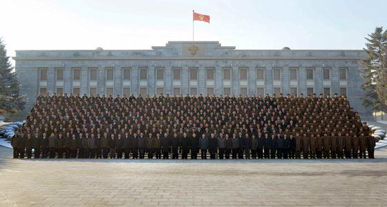 160111 - RS - KIM JONG UN - Marschall KIM JONG UN ließ sich mit den H-Bombe-Entwicklern zusammen fotografieren - 경애하는 김정은동지께서 주체조선의 첫 수소탄시험성공에 기여한 핵과학자들과 기술자, 군인건설자, 로동자, 일군들과 함께 기념사진을 찍으시였다
