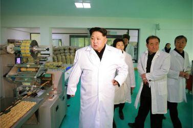 160123 - 조선의 오늘 - KIM JONG UN - Marschall KIM JONG UN besichtigte das Lebensmittelkombinat für Sportler Kumkop - 03 - 경애하는 김정은동지께서 현대적으로 개건된 금컵체육인종합식료공장을 현지지도하시였다