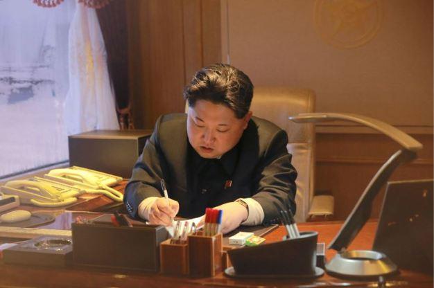 """160207 - 조선의 오늘 - Marschall KIM JONG UN erteilte Befehl zum zum Start des Erdbeobachtungssatelliten """"Kwangmyongsong 4"""" - 01 - 우리 당과 국가, 군대의 최고령도자 김정은동지께서 지구관측위성 《광명성-4》호를 발사할데 대한 명령 하달"""