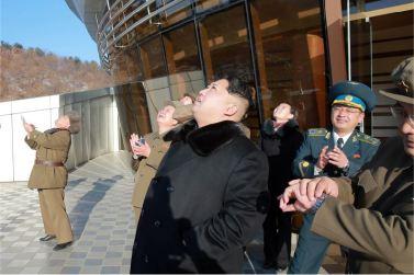 """160207 - 조선의 오늘 - Marschall KIM JONG UN erteilte Befehl zum zum Start des Erdbeobachtungssatelliten """"Kwangmyongsong 4"""" - 04 - 우리 당과 국가, 군대의 최고령도자 김정은동지께서 지구관측위성 《광명성-4》호를 발사할데 대한 명령 하달"""