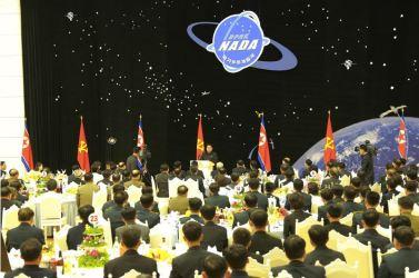 160215 - 조선의 오늘 - KIM JONG UN - Ein Bankett zu Ehren des gelungenen Startes von Kwangmyongsong -4 - 07 - 경애하는 김정은동지를 모시고 《광명성-4》호발사성공에 기여한 과학자, 기술자, 로동자, 일군들을 환영하는 연회가 성대히 진행되였다
