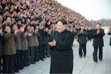 160219 - 조선의 오늘 - KIM JONG UN - Marschall KIM JONG UN ließ sich mit den Satellitenbauern zusammen fotografieren - 01 - 경애하는 김정은동지께서 《광명성-4》호발사성공에 기여한 과학자, 기술자, 로동자, 일군들과 함께 기념사진을 찍으시였다