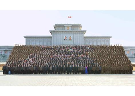 160219 - RS - KIM JONG UN - Marschall KIM JONG UN ließ sich mit den Satellitenbauern zusammen fotografieren - 01 - 경애하는 김정은동지께서 《광명성-4》호발사성공에 기여한 과학자, 기술자, 로동자, 일군들과 함께 기념사진을 찍으시였다
