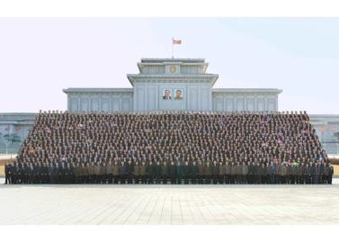 160219 - RS - KIM JONG UN - Marschall KIM JONG UN ließ sich mit den Satellitenbauern zusammen fotografieren - 02 - 경애하는 김정은동지께서 《광명성-4》호발사성공에 기여한 과학자, 기술자, 로동자, 일군들과 함께 기념사진을 찍으시였다