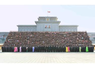 160219 - RS - KIM JONG UN - Marschall KIM JONG UN ließ sich mit den Satellitenbauern zusammen fotografieren - 03 - 경애하는 김정은동지께서 《광명성-4》호발사성공에 기여한 과학자, 기술자, 로동자, 일군들과 함께 기념사진을 찍으시였다