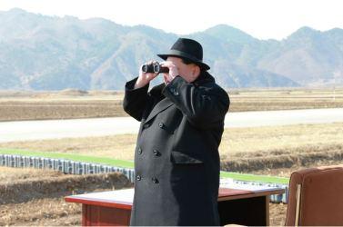 160221 - 조선의 오늘 - KIM JONG UN - Marschall KIM JONG UN sah die Kontrollflugübung der Kampfflieger - 02 - 경애하는 김정은동지께서 조선인민군 항공 및 반항공군 전투비행사들의 검열비행훈련을 보시였다