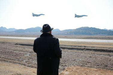 160221 - 조선의 오늘 - KIM JONG UN - Marschall KIM JONG UN sah die Kontrollflugübung der Kampfflieger - 03 - 경애하는 김정은동지께서 조선인민군 항공 및 반항공군 전투비행사들의 검열비행훈련을 보시였다