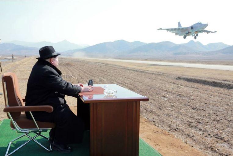 160221 - 조선의 오늘 - KIM JONG UN - Marschall KIM JONG UN sah die Kontrollflugübung der Kampfflieger - 04 - 경애하는 김정은동지께서 조선인민군 항공 및 반항공군 전투비행사들의 검열비행훈련을 보시였다
