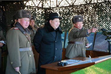 160221 - 조선의 오늘 - KIM JONG UN - Marschall KIM JONG UN leitete die Gefechtsübungen der großen Truppenverbände der KVA an - 01 - 경애하는 김정은동지께서 조선인민군 대련합부대들사이의 쌍방실동훈련을 지도하시였다