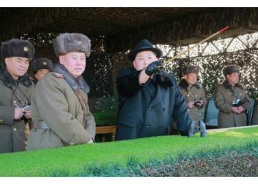 160221 - RS - KIM JONG UN - Marschall KIM JONG UN leitete die Gefechtsübungen der großen Truppenverbände der KVA an - 01 - 경애하는 김정은동지께서 조선인민군 대련합부대들사이의 쌍방실동훈련을 지도하시였다