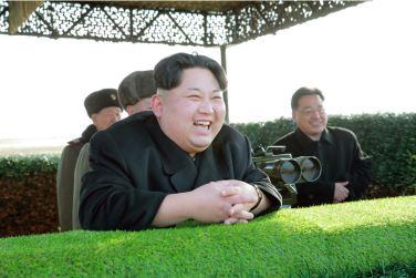 160227 - 조선의 오늘 - KIM JONG UN - Marschall KIM JONG UN leitete den Schießtest mit einer neuen Panzerabwehrrakete an - 01 - 경애하는 김정은동지께서 새로 개발한 반땅크유도무기시험사격을 지도하시였다