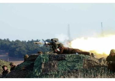 160227 - RS - KIM JONG UN - Marschall KIM JONG UN leitete den Schießtest mit einer neuen Panzerabwehrrakete an - 01 - 경애하는 김정은동지께서 새로 개발한 반땅크유도무기시험사격을 지도하시였다