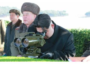 160227 - RS - KIM JONG UN - Marschall KIM JONG UN leitete den Schießtest mit einer neuen Panzerabwehrrakete an - 02 - 경애하는 김정은동지께서 새로 개발한 반땅크유도무기시험사격을 지도하시였다