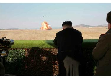 160227 - RS - KIM JONG UN - Marschall KIM JONG UN leitete den Schießtest mit einer neuen Panzerabwehrrakete an - 03 - 경애하는 김정은동지께서 새로 개발한 반땅크유도무기시험사격을 지도하시였다