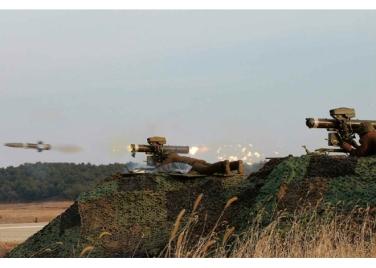 160227 - RS - KIM JONG UN - Marschall KIM JONG UN leitete den Schießtest mit einer neuen Panzerabwehrrakete an - 04 - 경애하는 김정은동지께서 새로 개발한 반땅크유도무기시험사격을 지도하시였다