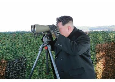 160227 - RS - KIM JONG UN - Marschall KIM JONG UN leitete den Schießtest mit einer neuen Panzerabwehrrakete an - 05 - 경애하는 김정은동지께서 새로 개발한 반땅크유도무기시험사격을 지도하시였다