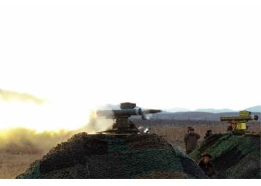 160227 - RS - KIM JONG UN - Marschall KIM JONG UN leitete den Schießtest mit einer neuen Panzerabwehrrakete an - 07 - 경애하는 김정은동지께서 새로 개발한 반땅크유도무기시험사격을 지도하시였다