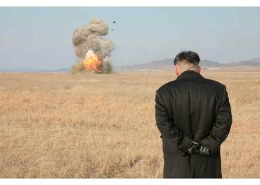 160227 - RS - KIM JONG UN - Marschall KIM JONG UN leitete den Schießtest mit einer neuen Panzerabwehrrakete an - 08 - 경애하는 김정은동지께서 새로 개발한 반땅크유도무기시험사격을 지도하시였다