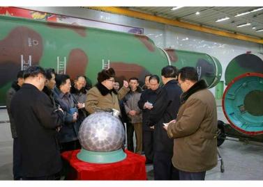 160309 - RS - KIM JONG UN - Marschall KIM JONG UN besuchte die Wissenschaftler und Techniker für Kernwaffen - 01 - 경애하는 김정은동지께서 핵무기연구부문의 과학자, 기술자들을 만나시고 핵무기병기화사업을 지도하시였다
