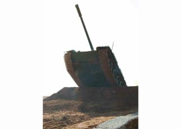 160311 - RS - KIM JONG UN - Marschall KIM JONG UN besuchte einen Panzerwettbewerb der Armee - 08 - 경애하는 김정은동지께서 《조선인민군 땅크병경기대회-2016》을 보시였다