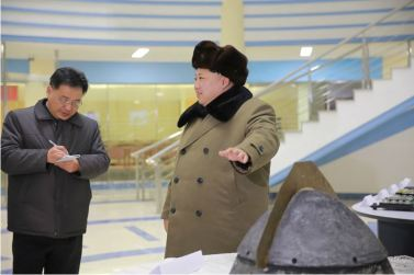 160315 - 조선의 오늘 - KIM JONG UN - Marschall KIM JONG UN besichtigte eine erfolgreiche Simulation des Wiedereintritts der ballistischen Rakete in die Atmosphäre - 06 - 경애하는 김정은동지께서 탄도로케트 대기권재돌입환경모의시험을 지도하시였다