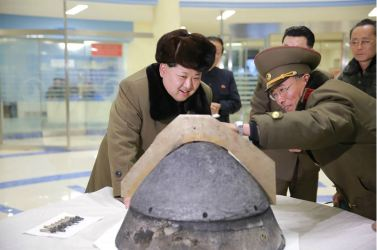160315 - 조선의 오늘 - KIM JONG UN - Marschall KIM JONG UN besichtigte eine erfolgreiche Simulation des Wiedereintritts der ballistischen Rakete in die Atmosphäre - 07 - 경애하는 김정은동지께서 탄도로케트 대기권재돌입환경모의시험을 지도하시였다