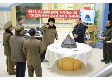 160315 - RS - KIM JONG UN - Marschall KIM JONG UN besichtigte eine erfolgreiche Simulation des Wiedereintritts der ballistischen Rakete in die Erdatmosphäre - 06 - 경애하는 김정은동지께서 탄도로케트 대기권재돌입환경모의시험을 지도하시였다