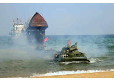 160320 - RS - KIM JONG UN - Marschall KIM JONG UN leitete eine Landungs- und Landungsabwehrübung der KVA - 04 - 경애하는 김정은동지께서 조선인민군 상륙 및 반상륙방어연습을 지도하시였다