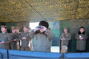 160322 - 조선의 오늘 - KIM JONG UN - Marschall KIM JONG UN begutachtete erneut den Abschuss eines neuen Langstreckenraketenwerfers - 01 - 경애하는 김정은동지께서 신형대구경방사포사격을 또다시 지도하시였다