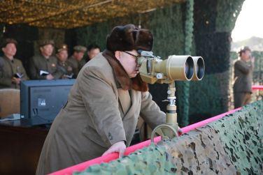 160322 - 조선의 오늘 - KIM JONG UN - Marschall KIM JONG UN begutachtete erneut den Abschuss eines neuen Langstreckenraketenwerfers - 02 - 경애하는 김정은동지께서 신형대구경방사포사격을 또다시 지도하시였다