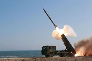 160322 - 조선의 오늘 - KIM JONG UN - Marschall KIM JONG UN begutachtete erneut den Abschuss eines neuen Langstreckenraketenwerfers - 06 - 경애하는 김정은동지께서 신형대구경방사포사격을 또다시 지도하시였다