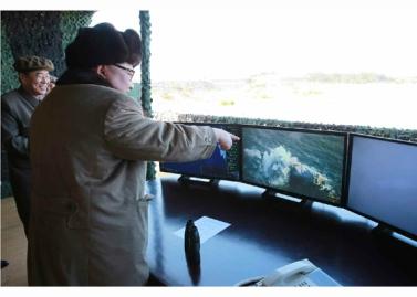 160322 - RS - KIM JONG UN - Marschall KIM JONG UN begutachtete erneut den Abschuss eines neuen Langstreckenraketenwerfers - 01 - 경애하는 김정은동지께서 신형대구경방사포사격을 또다시 지도하시였다