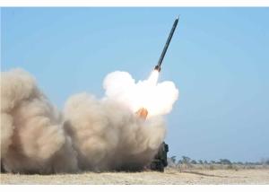 160322 - RS - KIM JONG UN - Marschall KIM JONG UN begutachtete erneut den Abschuss eines neuen Langstreckenraketenwerfers - 02 - 경애하는 김정은동지께서 신형대구경방사포사격을 또다시 지도하시였다