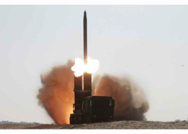 160322 - RS - KIM JONG UN - Marschall KIM JONG UN begutachtete erneut den Abschuss eines neuen Langstreckenraketenwerfers - 04 - 경애하는 김정은동지께서 신형대구경방사포사격을 또다시 지도하시였다