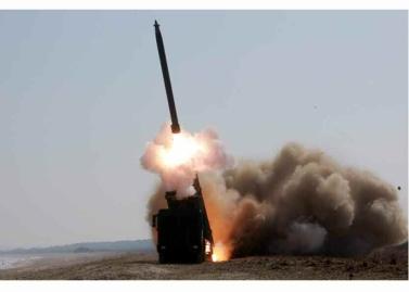 160322 - RS - KIM JONG UN - Marschall KIM JONG UN begutachtete erneut den Abschuss eines neuen Langstreckenraketenwerfers - 06 - 경애하는 김정은동지께서 신형대구경방사포사격을 또다시 지도하시였다