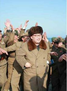 160322 - RS - KIM JONG UN - Marschall KIM JONG UN begutachtete erneut den Abschuss eines neuen Langstreckenraketenwerfers - 08 - 경애하는 김정은동지께서 신형대구경방사포사격을 또다시 지도하시였다