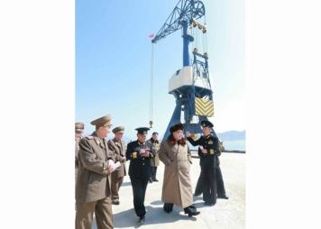 160322 - RS - Marschall KIM JONG UN besichtigte das Schiffsreparaturwerk '3. Oktober' der 597. Truppe der KVA - 01 - 경애하는 김정은동지께서 우리 나라 선박수리공장의 본보기, 표준으로 전변된 조선인민군 해군 제597군부대관하 10월3일공장을 현지지도하시였다