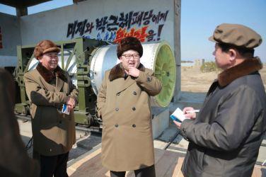 160324 - 조선의 오늘 - KIM JONG UN - Marschall KIM JONG UN begutachtete einen Raketentriebwerktest - 01 - 경애하는 김정은동지께서 대출력고체로케트발동기지상분출 및 계단분리시험을 지도하시였다
