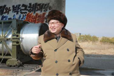 160324 - 조선의 오늘 - KIM JONG UN - Marschall KIM JONG UN begutachtete einen Raketentriebwerktest - 04 - 경애하는 김정은동지께서 대출력고체로케트발동기지상분출 및 계단분리시험을 지도하시였다