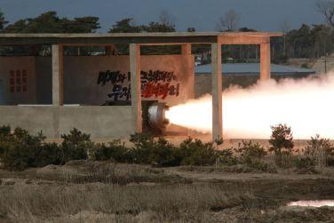 160324 - 조선의 오늘 - KIM JONG UN - Marschall KIM JONG UN begutachtete einen Raketentriebwerktest - 07 - 경애하는 김정은동지께서 대출력고체로케트발동기지상분출 및 계단분리시험을 지도하시였다