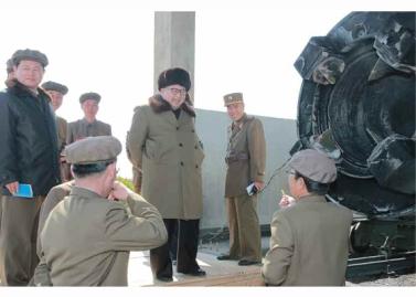 160324 - RS - KIM JONG UN - Marschall KIM JONG UN begutachtete einen Raketentriebwerktest - 03 - 경애하는 김정은동지께서 대출력고체로케트발동기지상분출 및 계단분리시험을 지도하시였다