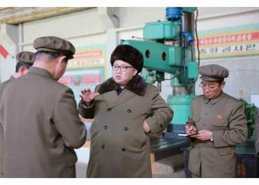 160324 - RS - KIM JONG UN - Marschall KIM JONG UN besichtigte den Betrieb '11. Februar' im Vereinigten Maschinenwerk Ryongsong - 01 - 경애하는 김정은동지께서 룡성기계련합기업소 2월11일공장을 현지지도하시였다